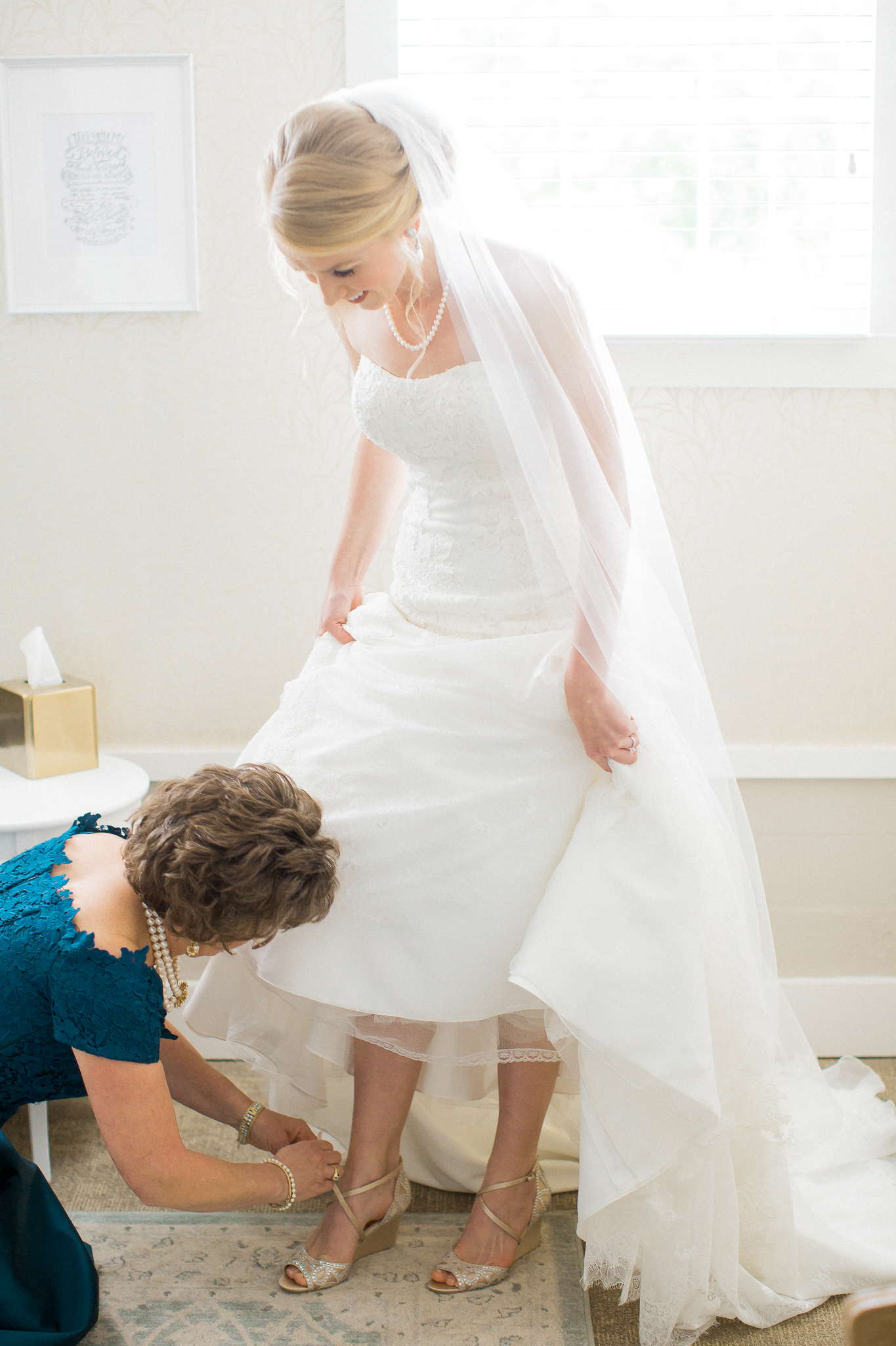mom and daughter bride gets ready