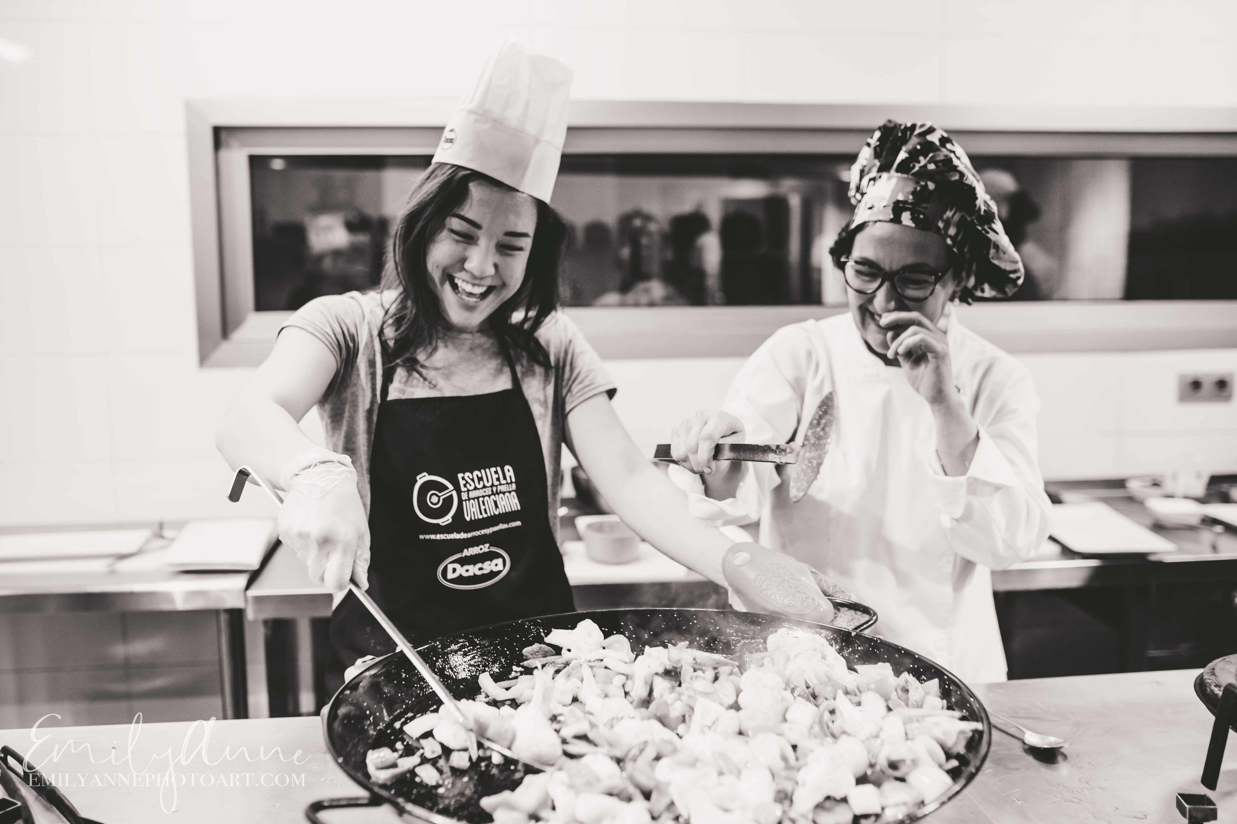 best candid cooking pictures Europe cooking class in valencia Spain by Barcelona Nashville portrait photographer Emily Anne photo Art