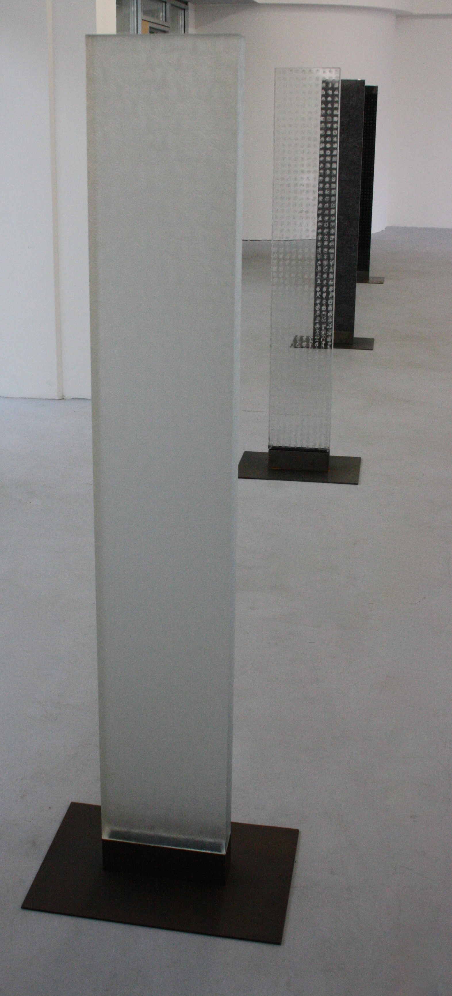 Zdeněk Lhotský, Stéla 4, 2008-2010, sklo, 27 x 157 x 7,5 cm