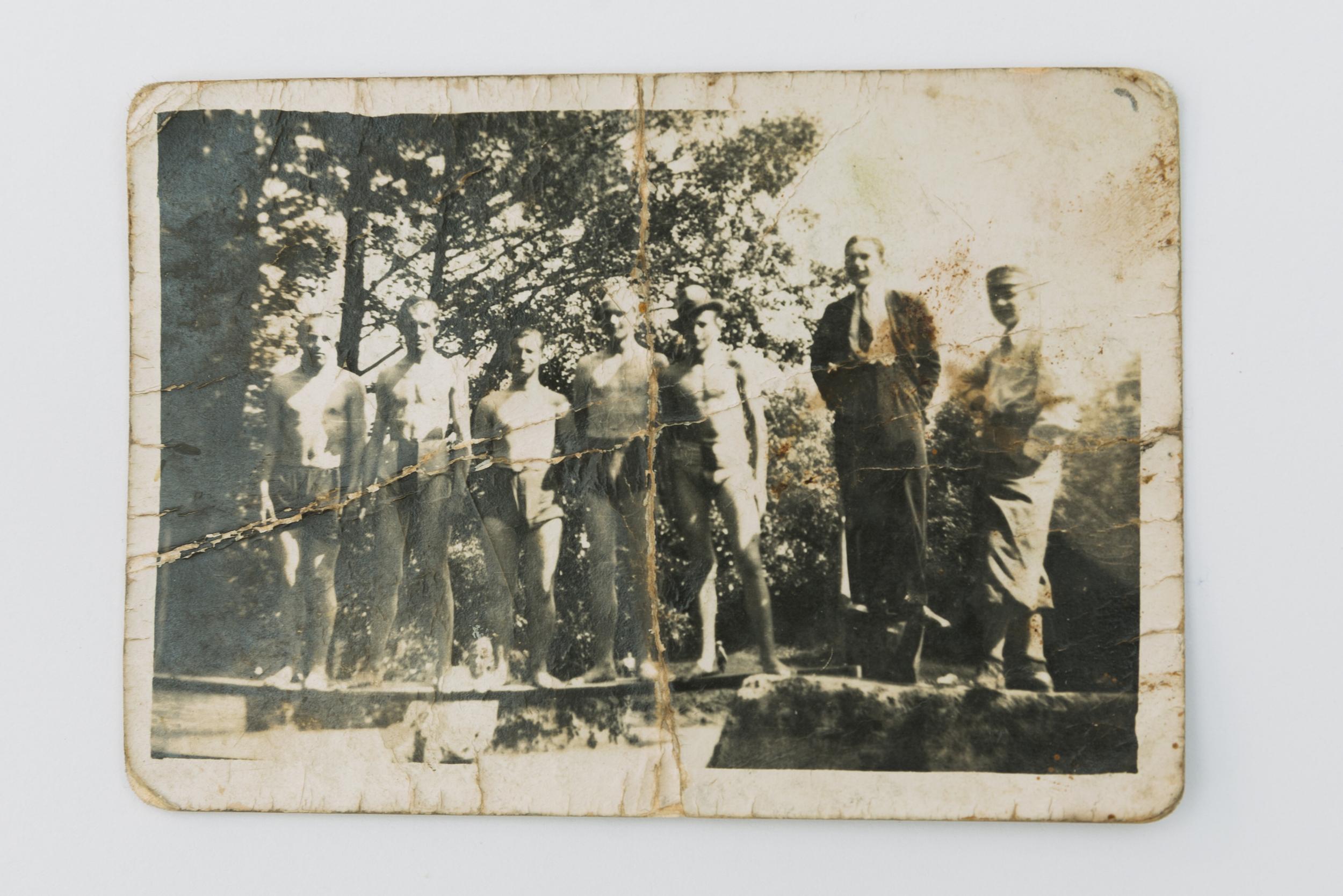 """Mateusz Kula, (Fotografie mladých lidí): """"Forensics of Family Photographs"""", 24. 08. 1939, vyfotografováno na blíže neurčeném místě v Zakarpatském vojvodství v Polsku"""