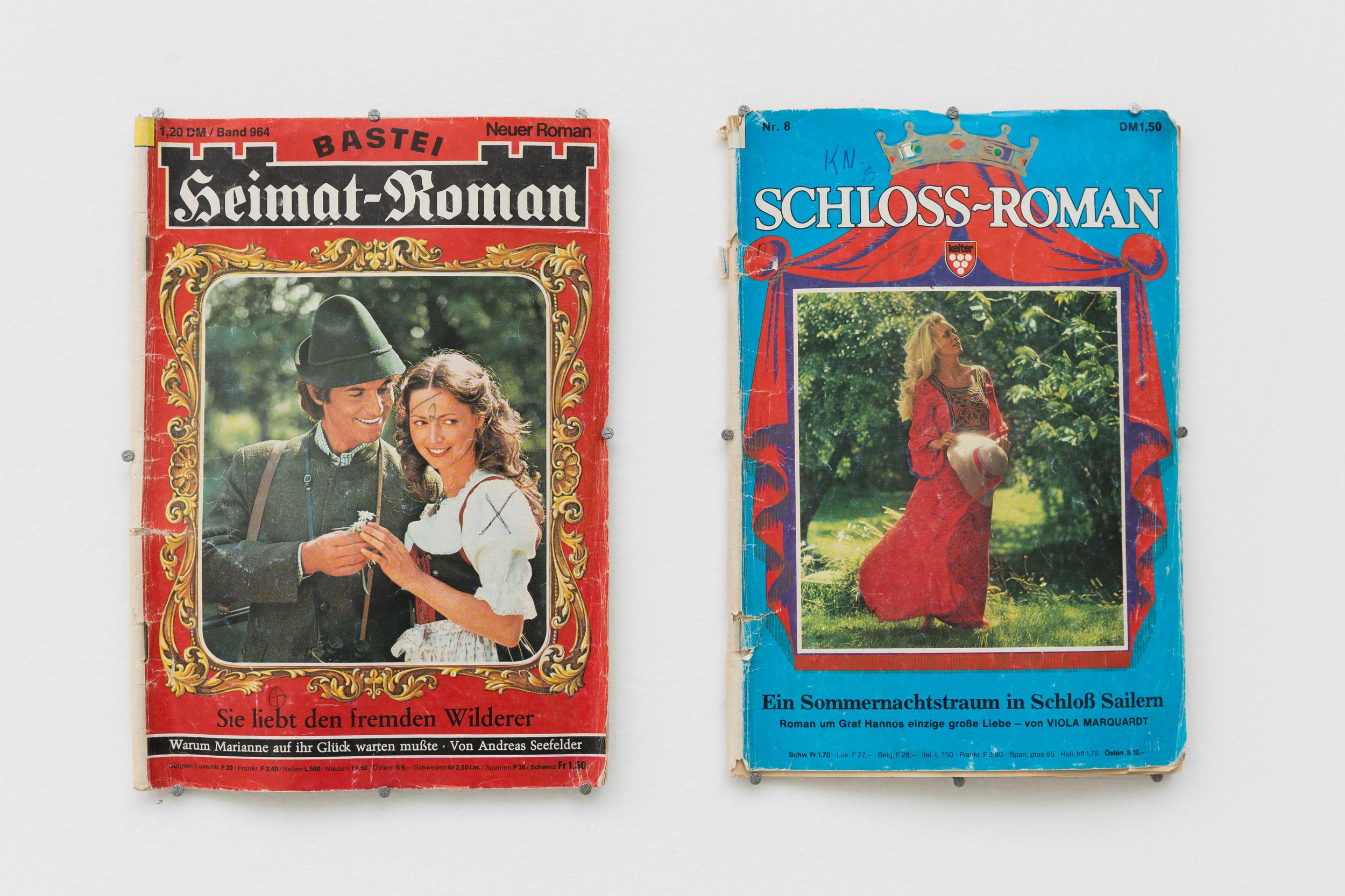 """Mateusz Kula,(Heimat-Riman, Schloss-Roman): součást instalace """"War Chronicles"""", 2015, časopisy německého vydavatelství BASTEI z 90. let o romantické fantasy"""