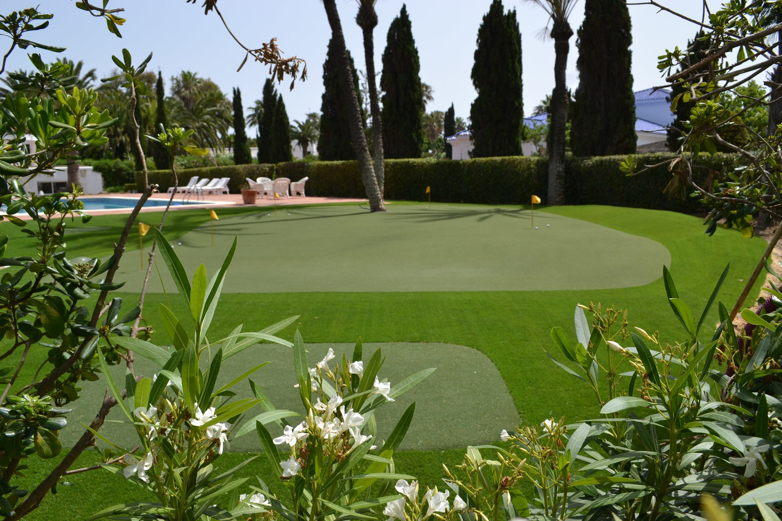 And here is the result: The putting / chipping green, Aimpoint measured with three different levels, two chipping stations and all neatly into the existing garden