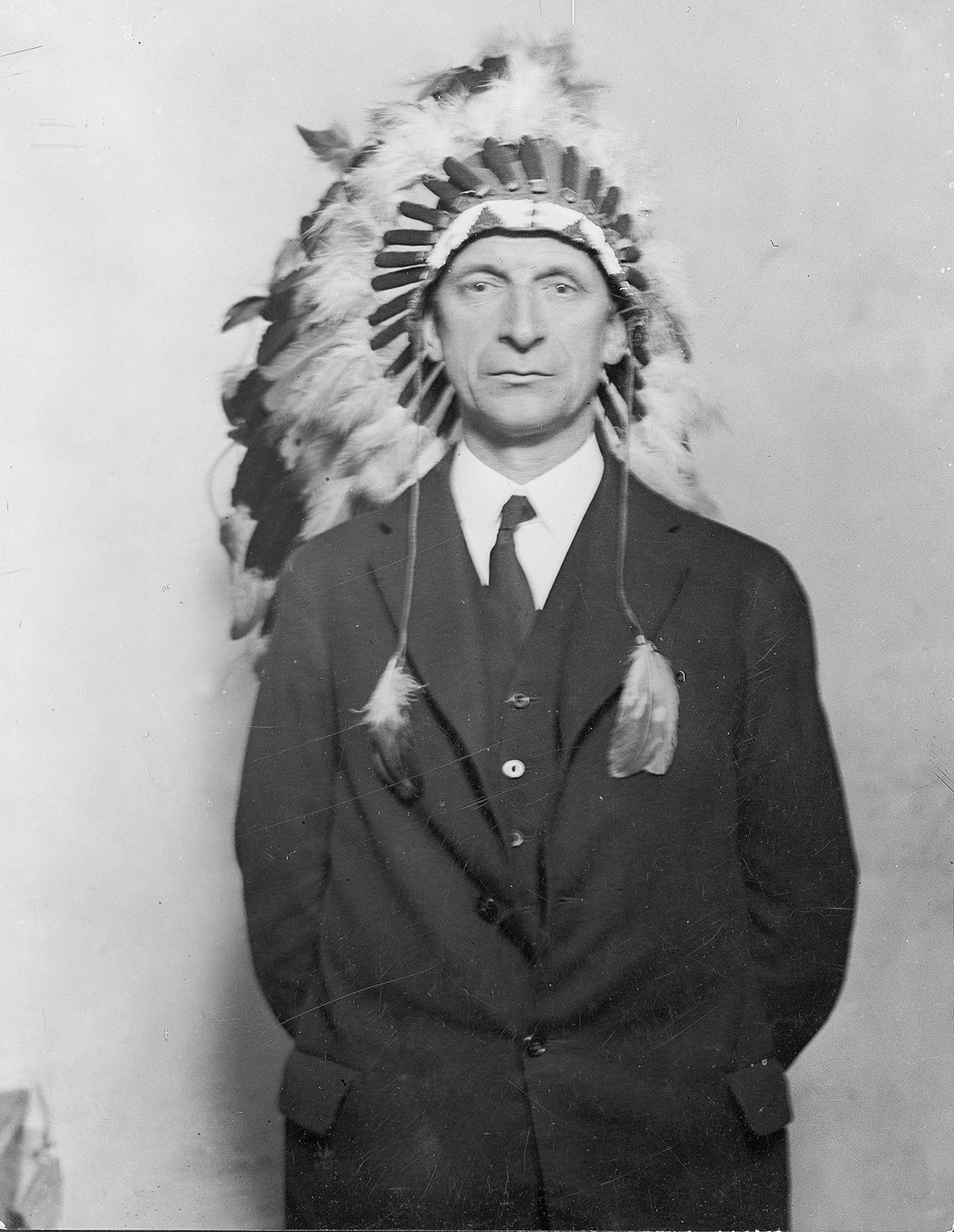 Éamon de Valera wearing a Native-American headers during his tour of America in 1919