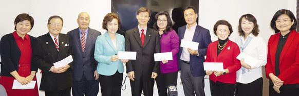 ASIA Families founder Grace Song (second from right) receives award from WSSC