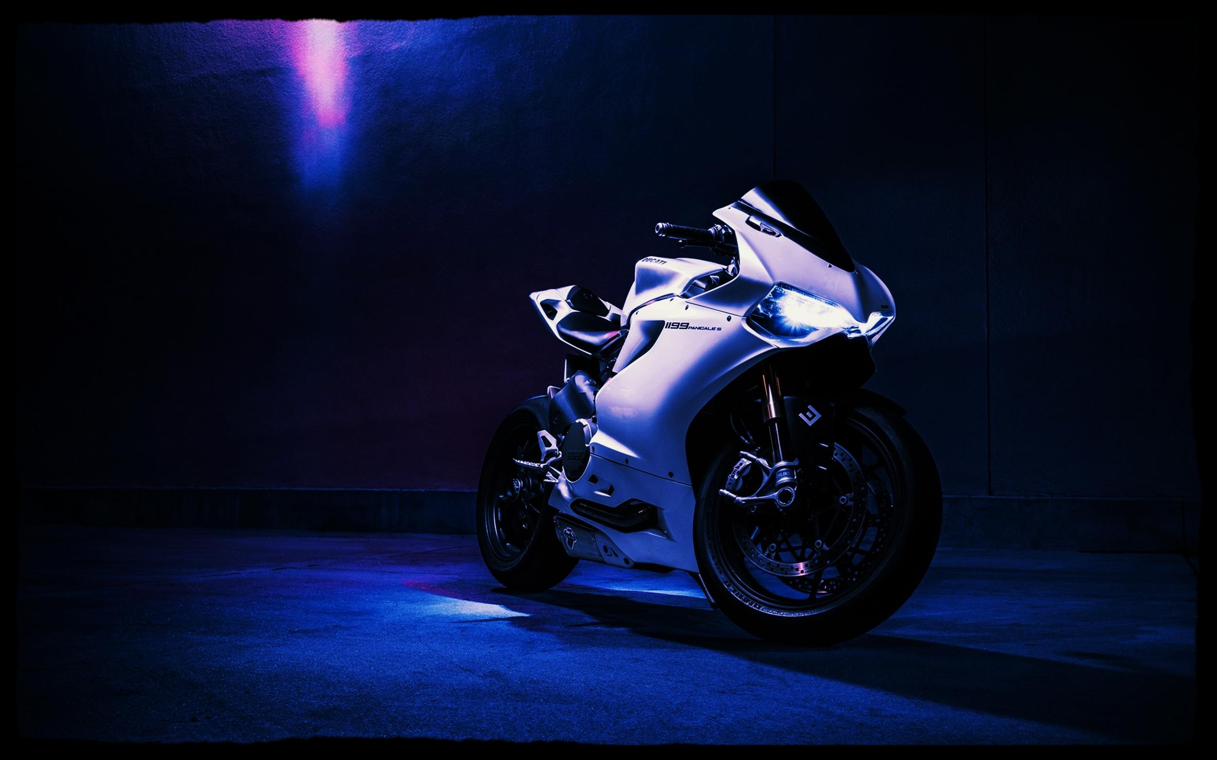 white-Ducati-Panigale-1199-1.jpg