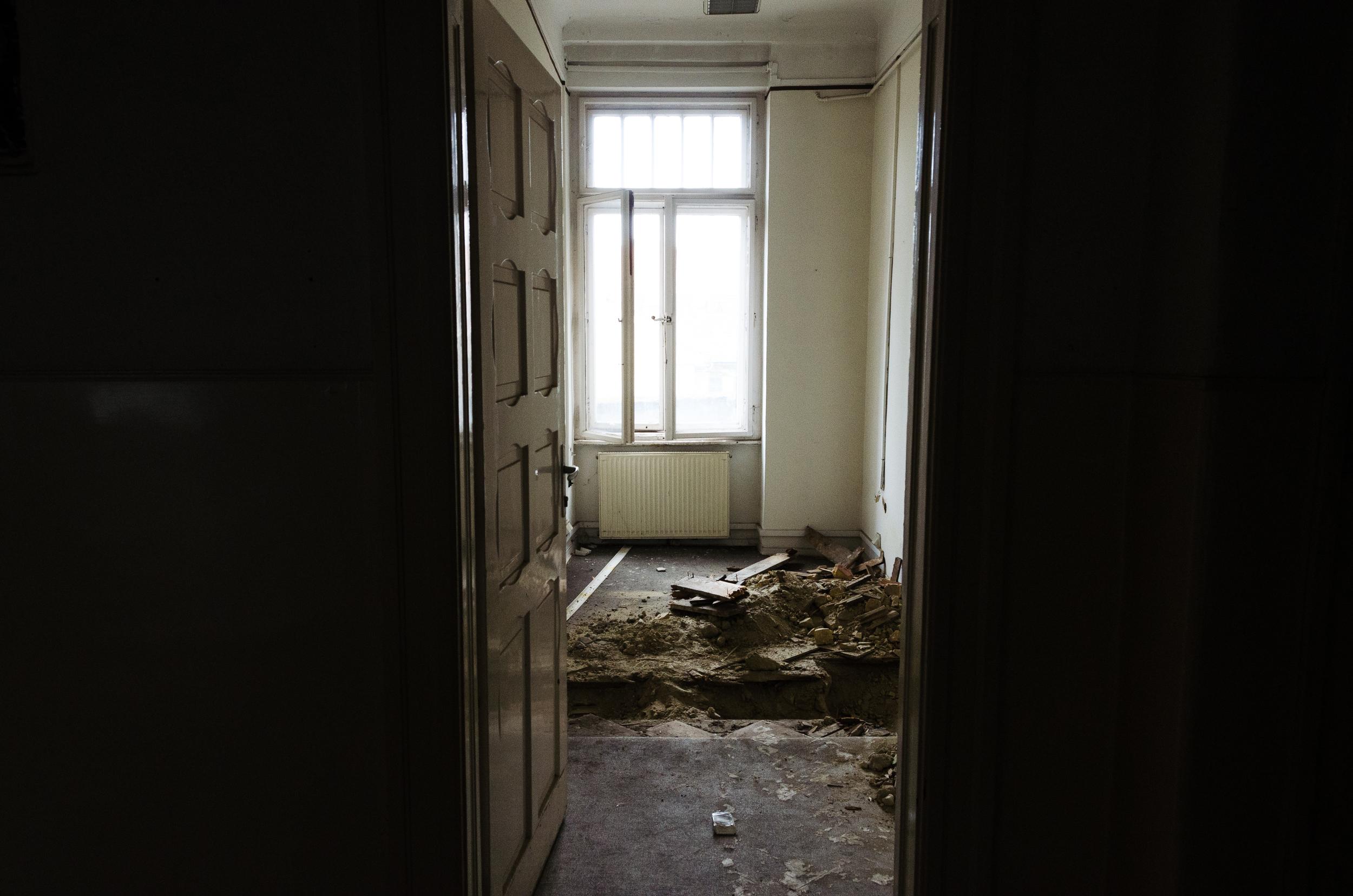 Ilyen és ehhez hasonló megbontásokkal van tele az épület astatikai vizsgálatok miatt.