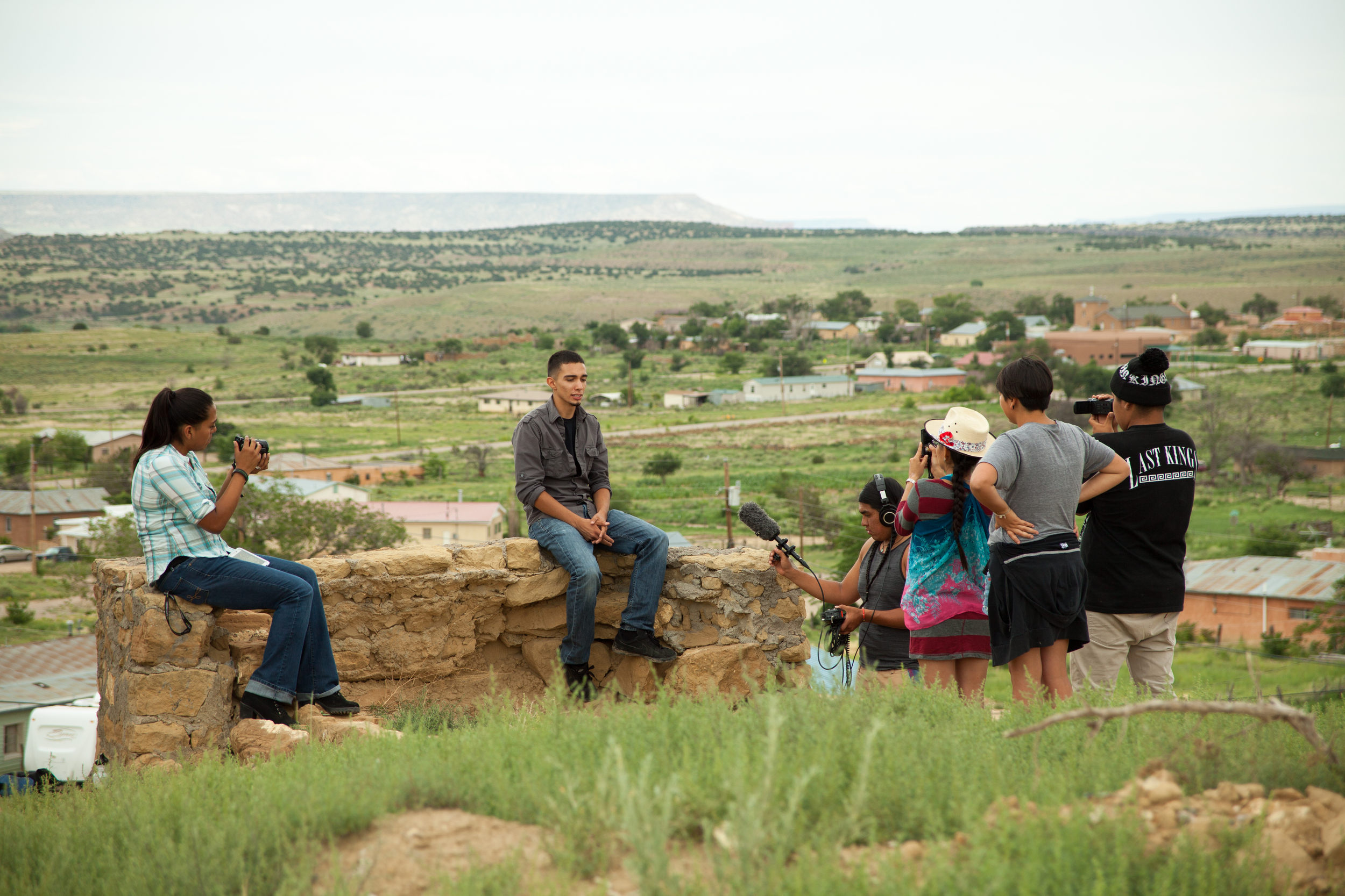 A hands-on community documentary training in action in Kawaik, Laguna, New Mexico, with the Yakanal Indigenous Youth exchange.