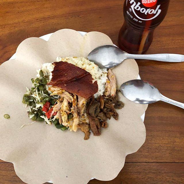 Mijn ontbijt op Bali: Babi Kulung (geroosterd speenvarken). Met witte rijst, rode en groene chilipepers, crackling pork skin en gefrituurde ingewanden. Drank: Thebotol, de mierzoete lokale ijsthee, de  poor man 's Coca Cola. Komende week op reportage met amazing chefs @restaurantlocavore Eelke en Ray voor @foodinspirationmagazine . . . @theworlds50best #indonesianfood #pork #bali #balifood
