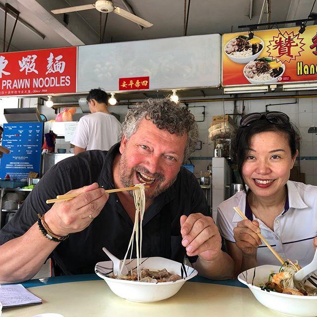 Zondaglunch in Singapore met foodie Evelyn Chen (tevens samensteller Wold50bestAsia). In haar favoriete hawkerstall met de allerlekkerste prawn-pork-noodlesoep (check: Da Dong). Zij blijkt een geweldige bron voor mijn verhaal voor @foodinspirationmagazine  over laatste trends in deze levendige foodcapital van Azië. . . #world50best #world50bestasia #dadong #singaporefood #singaporefoodie #hawkerfood
