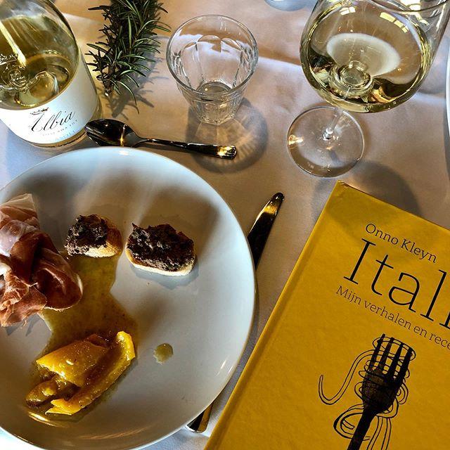 Prosciutto di Parma, crostini alla contadina en peperoni con l'acciugha, eigenhandig gekookt door @onnokleyn op zijn bere-gezellige boeklanceringsdiner bij @brandtenlevie voor zijn nieuwste boek 'Italie'. Een lees-kook-boek vol verhalen, recepten en boordevol wetenswaardigheden over de Italiaanse keuken. . . #nijghcuisine #italianfood #italy #onnokleyn #brandtenlevie #vinitisnl