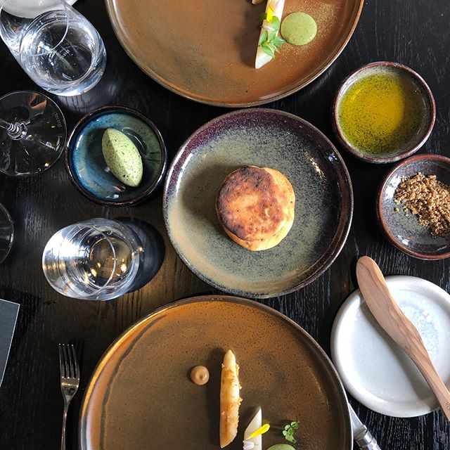 Witte asperges, geroosterd en met pickles. En roti-flatbread van gefermenteerde nieuwe aardappelen. Een van de highlights van het waanzinnige #tradingplaces menu in @rijksrestaurant. Chef Eelke van @restaurantlocavore in Bali, neemt Rijks over en @jorisbijdendijk het restaurant in Bali. Cooking local to the max. Geweldig experiment!