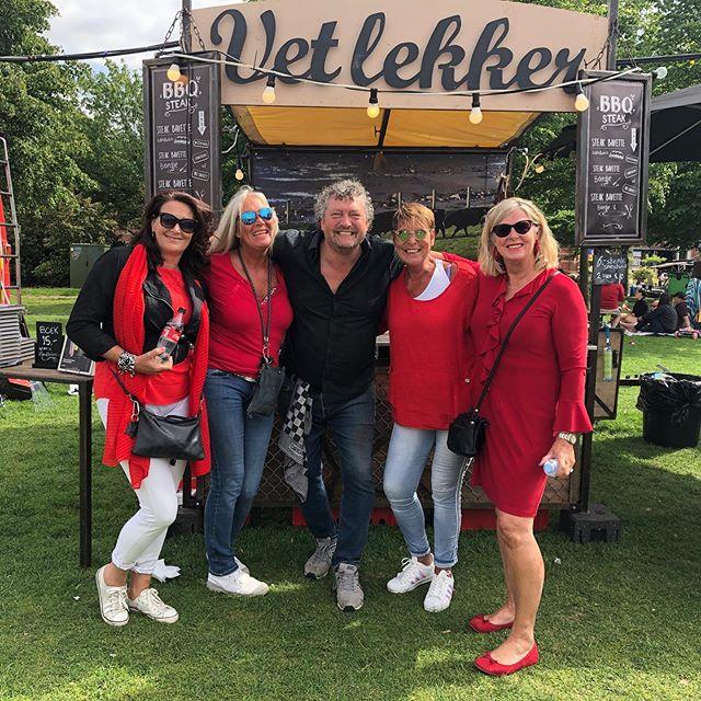 De matching red girls uit Nieuw Vennep. Mijn trouwste VET LEKKER op @rollendekeukens. ❤️💋PS vandaag laatste dag 01- 23 uur, extra sproeiers en parasols aanwezig.