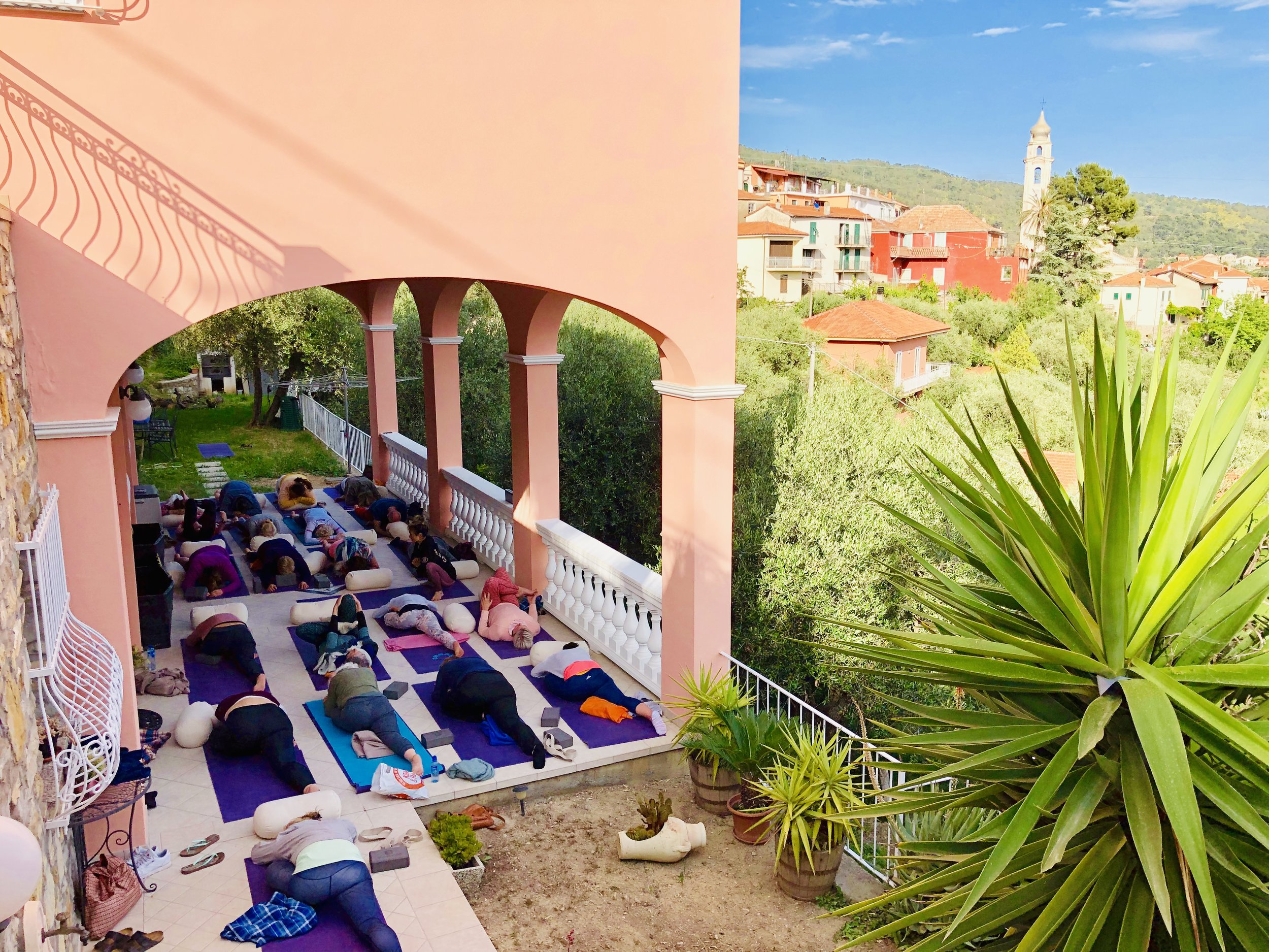 Yin Yoga i solnedgang på terassen i Villa Faraldi