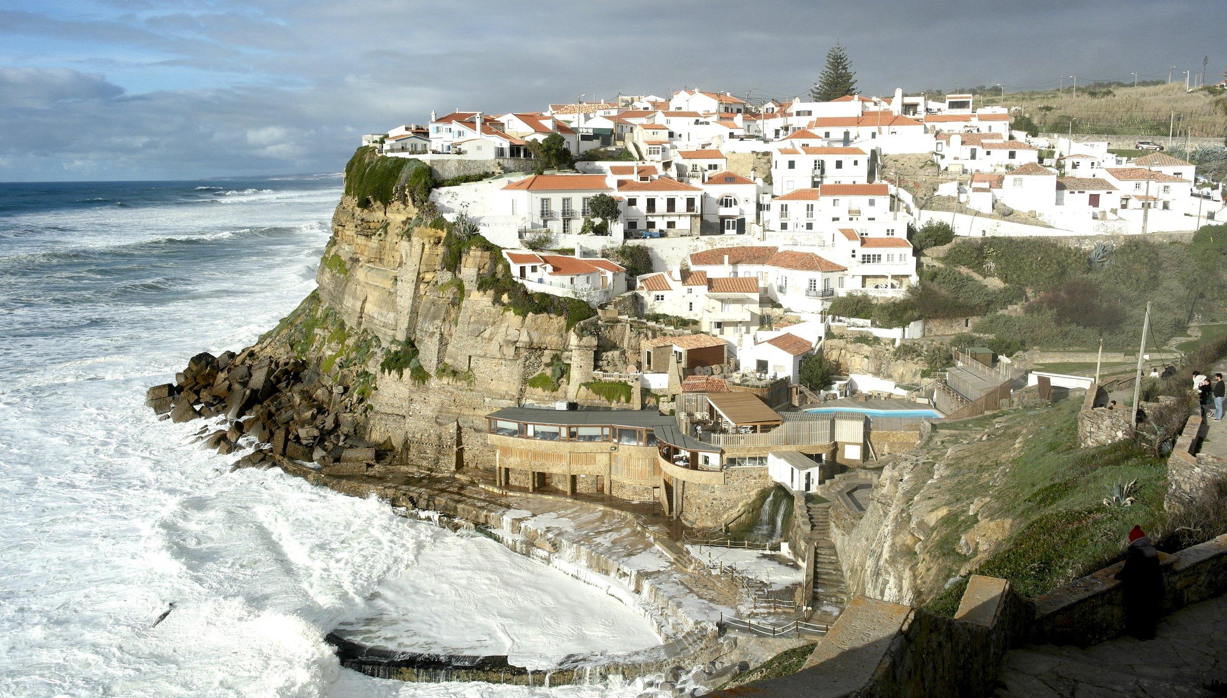 Town perched on a cliff: Azhenas do Mar