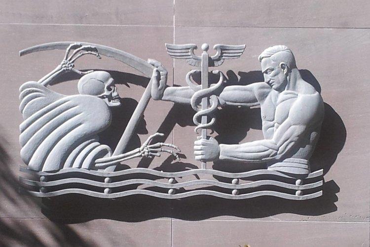 """""""Alejando la muerte"""" de Julian Hoke Harris.  Escultura en el edificio del condado de Fulton cerca del Hospital Grady Memorial"""