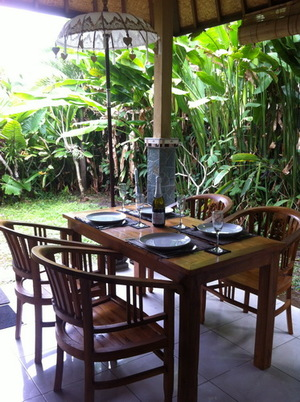Dining+table+on+verandah.JPG