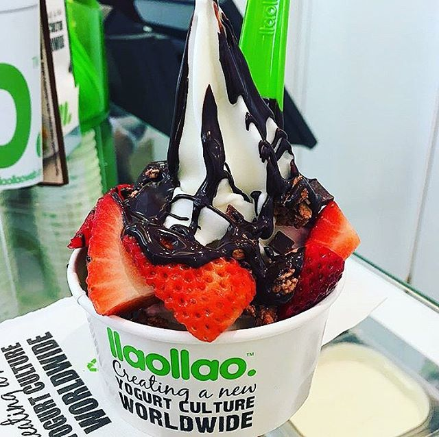 Location: Llao llao, Barcelona, Spain🌍🇪🇸 Actually freaking for froyo #allthingsabroad #abroad #ata #abroadlife #lifeabroad #studyabroad #abroaddiet #abroadeats #travel #travelphotography #travelgram #traveller #traveler #travels #travelphoto #froyo #yogurt #spain #barcelona #icecream #strawberries #hotfudge