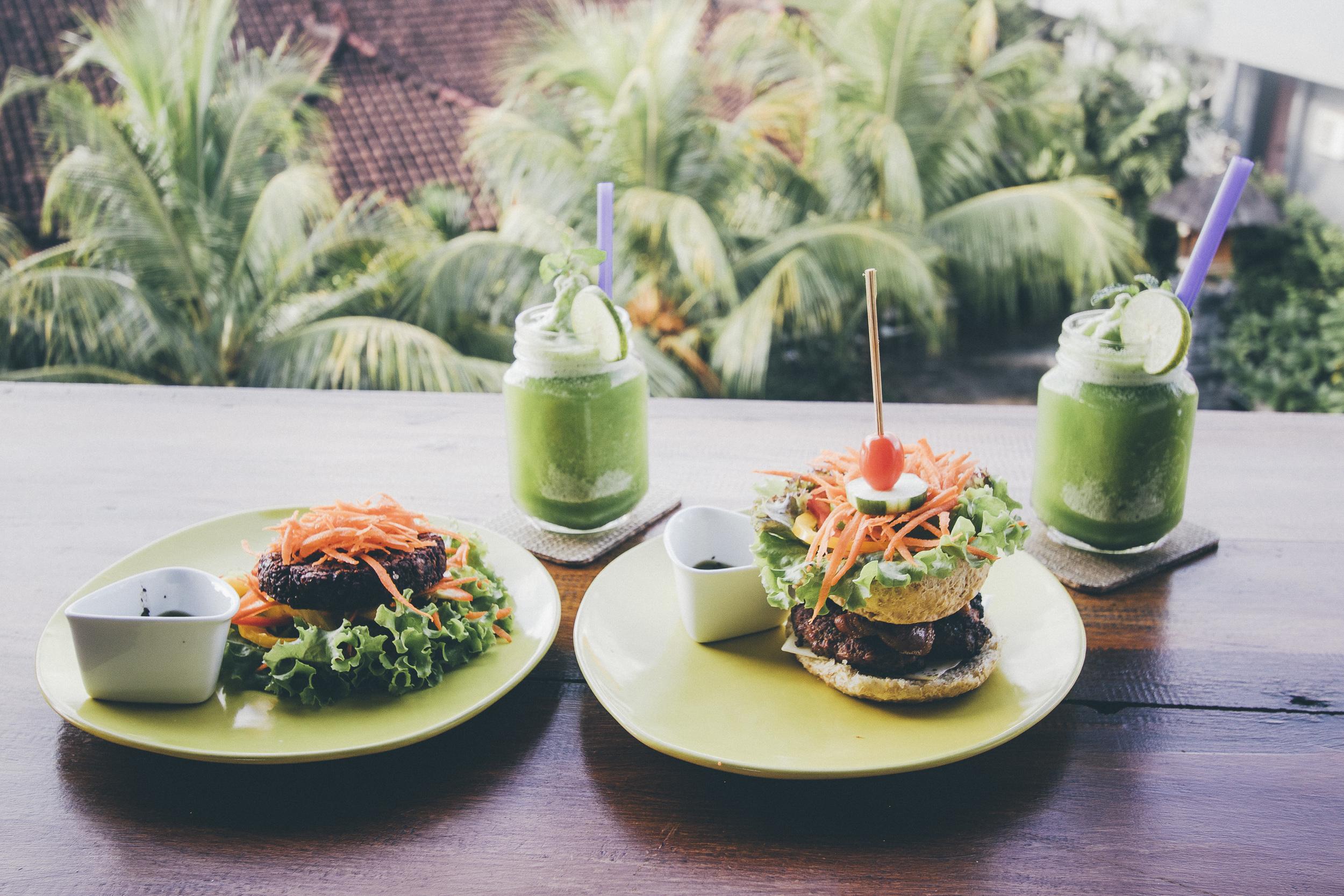 Superburgerit. Niihin sai valita mitä tahansa terveellisiä täytteitä paikallisesta superfood-valikoimasta. Hedelmämehuja ja smuuteja saa joka paikasta kaikissa sateenkaaren väreissä.