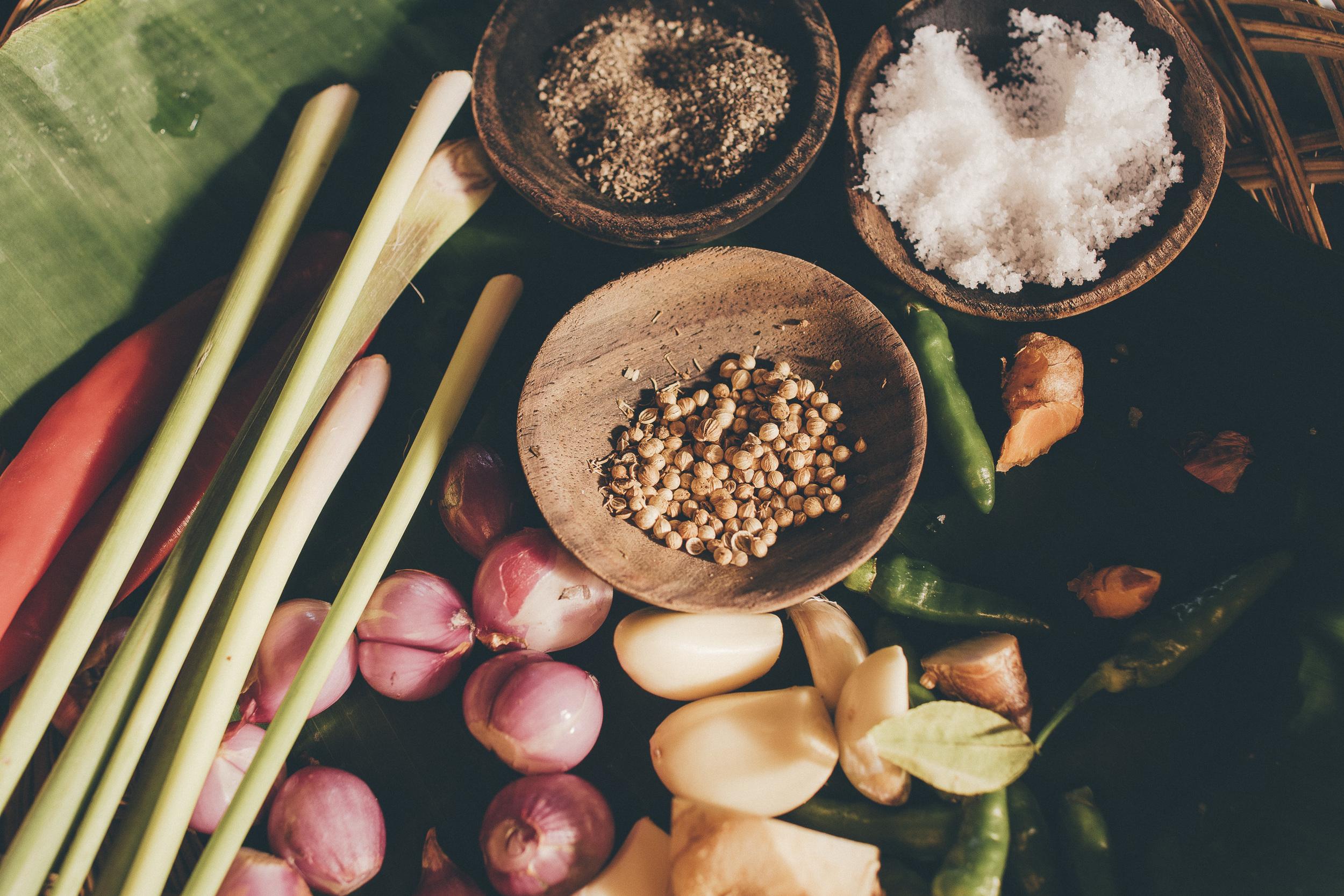 Kokkaussessio Sarinbuanassa, työn alla paikallinen herkku Pepes Ikan. Pepes tarkoittaa ruuan valmistustapaa, jossa kala, kana tai tofu kypsennetään banaaninlehteen käärittynä.