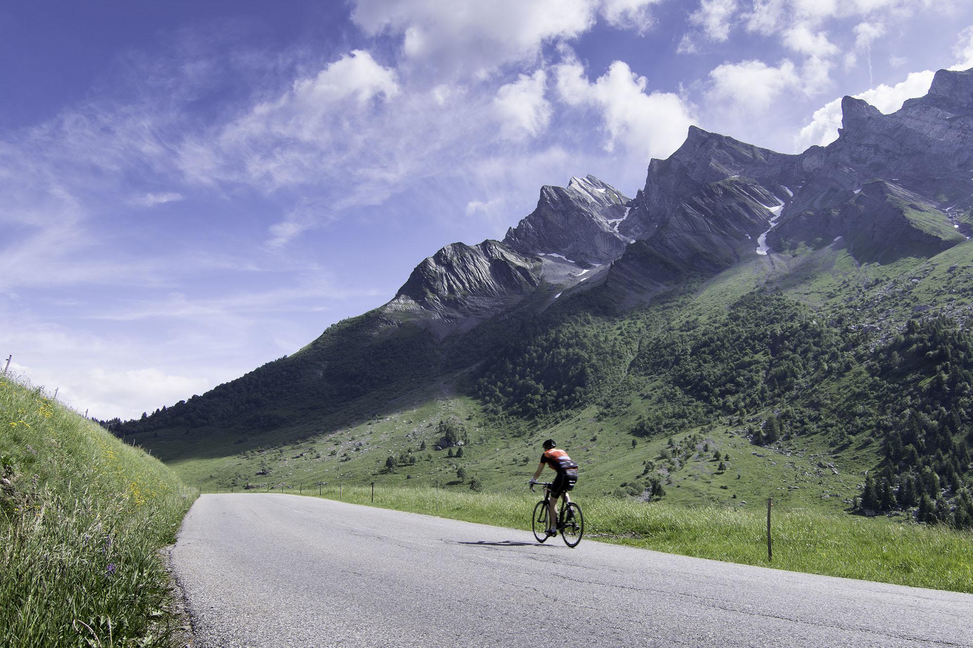 Cycliste-dans-la-montee-du-Col-Des-Aravis_default_format.jpg