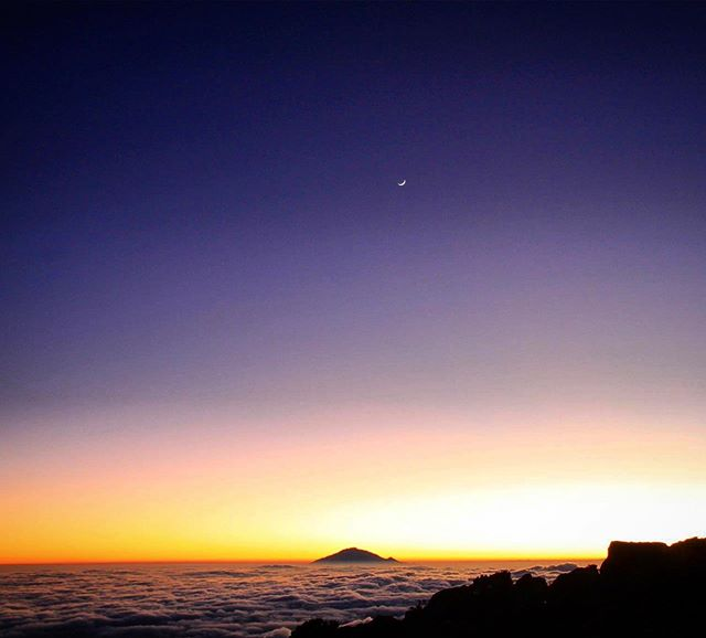 High above the clouds, the night sky looks pretty spectacular 🌅
