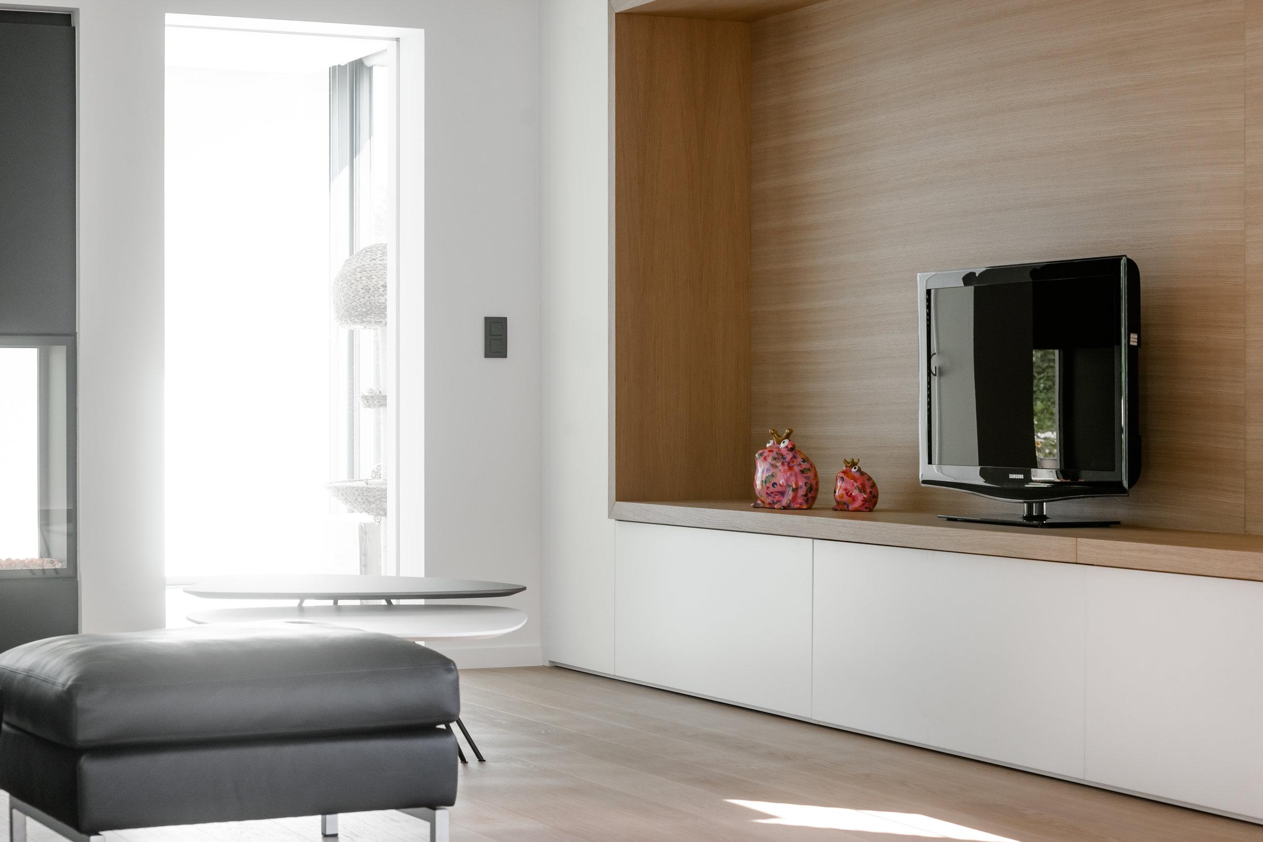 Trendy benedenverdieping met houtaccenten en kurkbehang