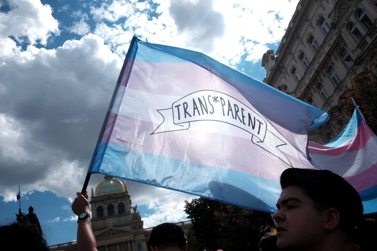 Trans vlajka s logem TP proti budově Národního muzea