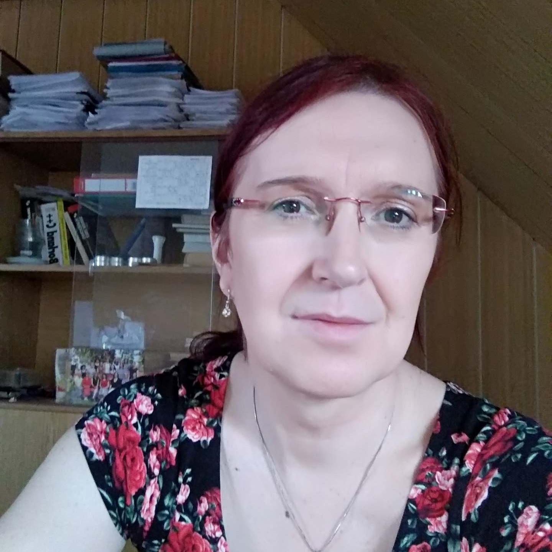 Andrea - Facilitátorka podpůrných skupin a skupin pro rodiče trans dětí.Aktuálně profesorka na gymnáziu. Jinak pěstounka, máma pěti dětí, studující psychoanalytička a podnikatelka v oblasti IT technologií.