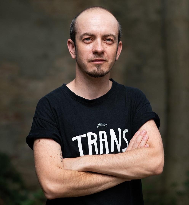 Viktor - Překladatel na volné noze, spolupracovník QFF Mezipatra a dalších kulturních projektů a iniciativ LGBTQI spektra.email: viktor@transparentprague.cz