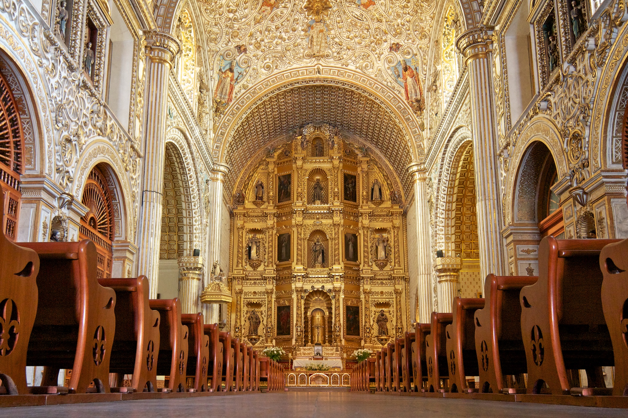 Grand altar of adjacent Templo de Santo Domingo