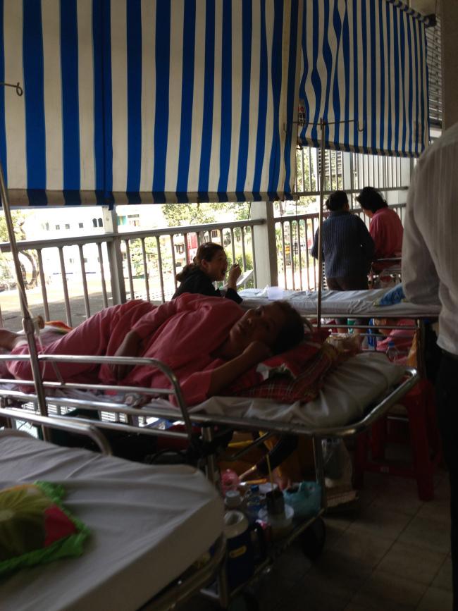 Bệnh nhân nằm tràn ra ngoài hành lang
