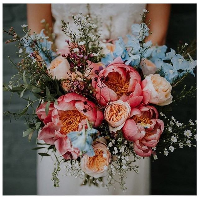 Wedding season begins to bloom💐 Loving this gorgeous flower arrangement photographed by @jonnymp featured on #theweddingbliss ♥️ #flowerseason #rp