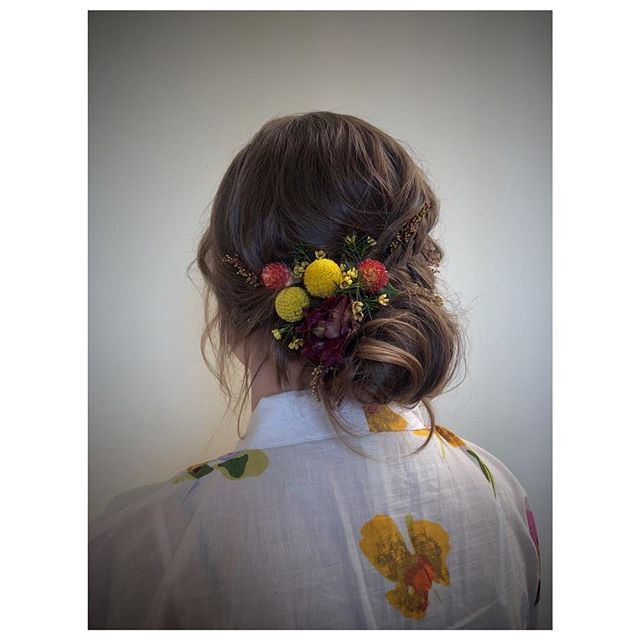 Spring is here & it's our favorite time for flowers in our hair🌼🌷🌼 We love to create floral designs into your 'do with each flower & stem perfectly placed into your hairstyle. Each floral design is entirely unique and handcrafted by us!💐 #flowerstagram