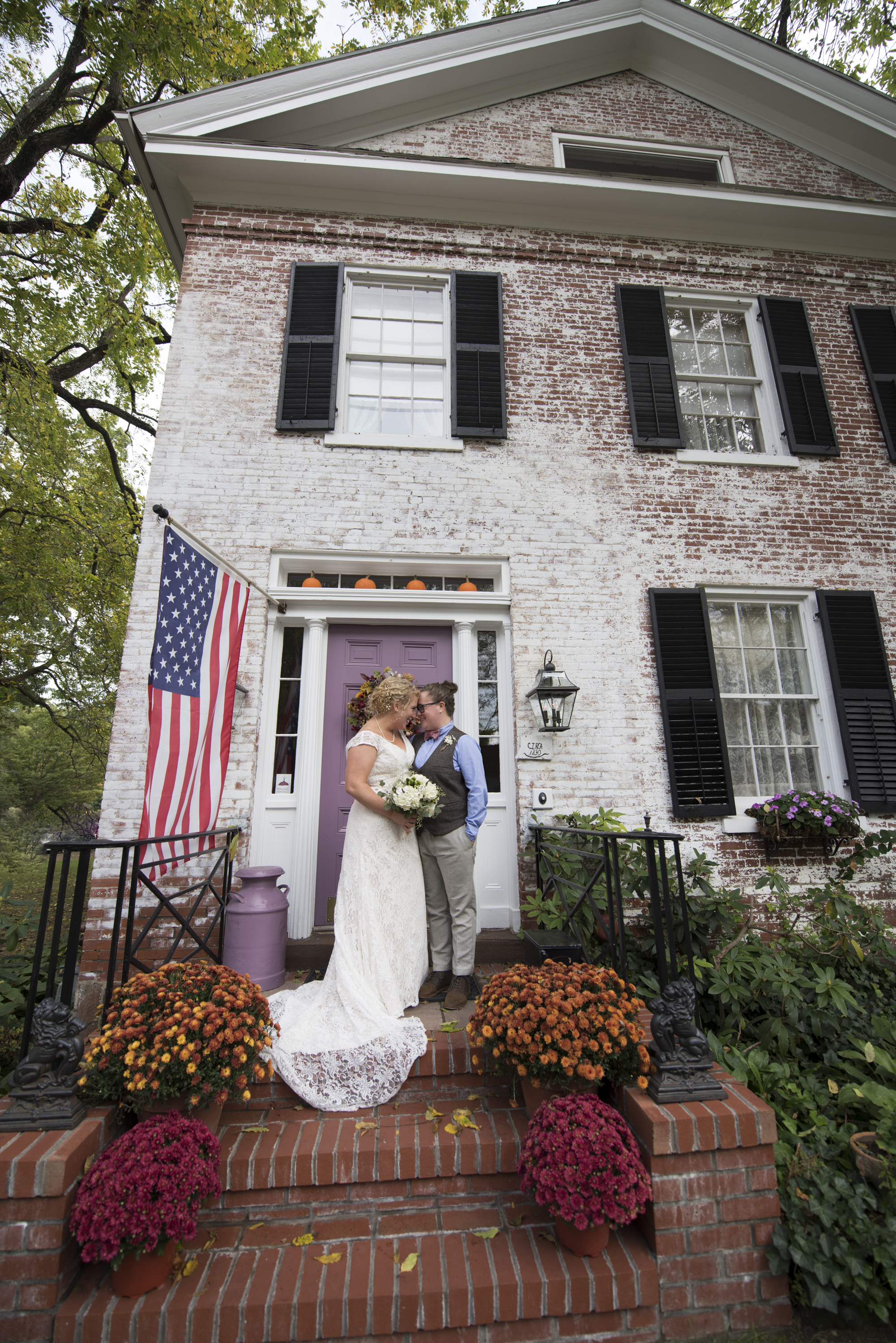 Wedding couple in front of Bed and Breakfast