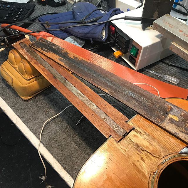 Oh noo what happened? Don't worry I'll fix it better than ever  #lutherie#guitarrepair#instrumentrepair#repair#woodworking#guitartech#guitarsofinstagram#whatsonyourbench#luthier#oldworld#vintage#relic#restoration#guitarporn#acousticcguitar#martinguitar#glue#outsidethebox#insidethebox#martin#000-18