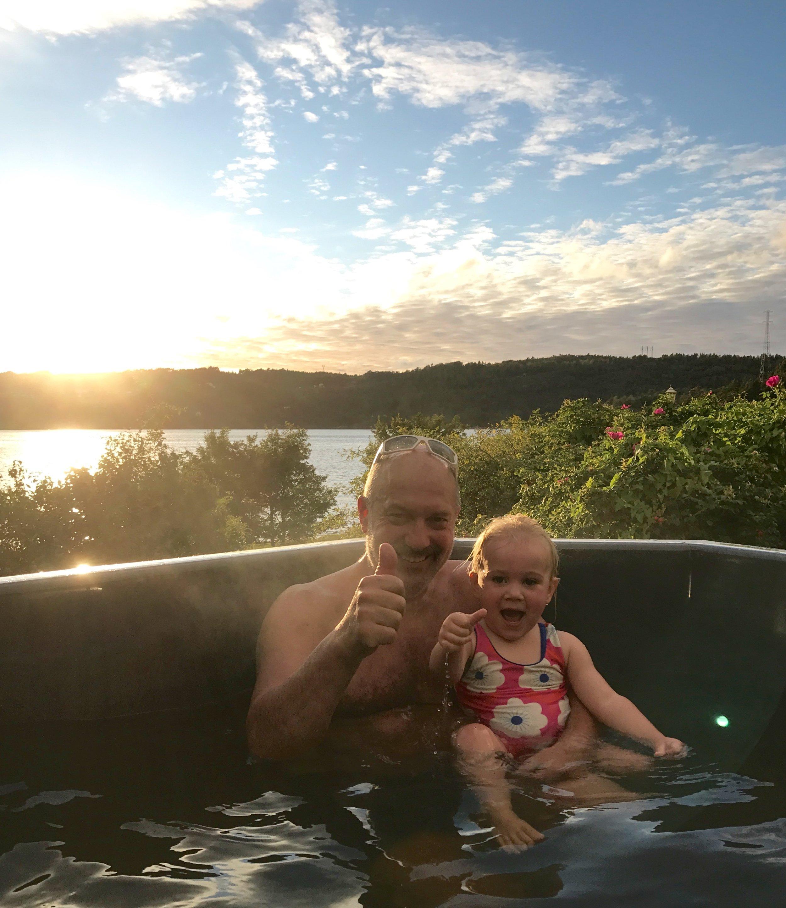 Jonas och Olivia älskar att bada.