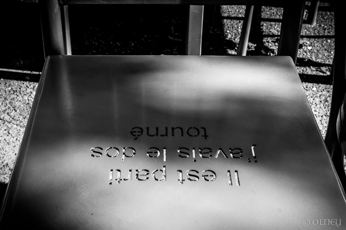 Chaise de métal et maxime à Sherbrooke QC OLNEY Photographe