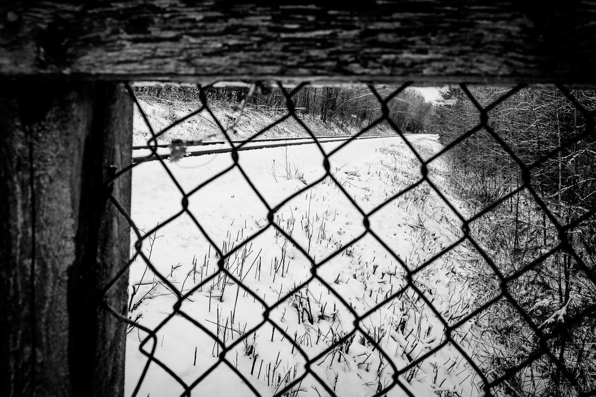 Rails vus à travers in grillage à Sherbrooke QC OLNEY Photographe