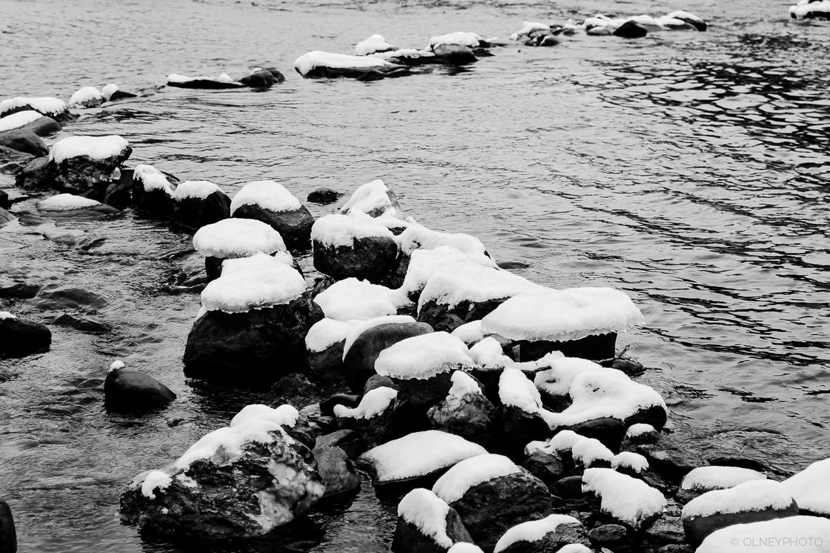 Rochaes enneigées qui s'avancent dans la rivière Magog OLNEY Photographe Sherbrooke