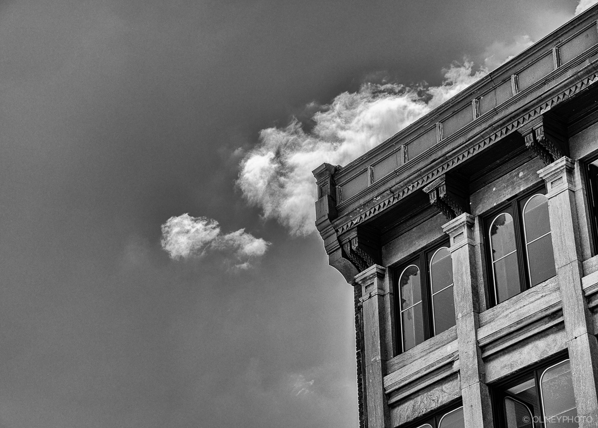 Old Montreal building in black and white photographie de rue olney photographe sherbrooke