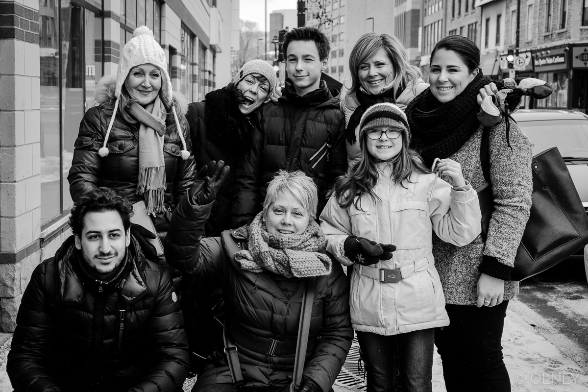 Group of people preparing to visit the homeless in Montreal photographie de rue olney photographe sherbrooke