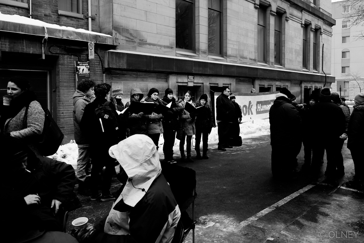 Youngsters singing for the homeless in Montreal photographie de rue olney photographe sherbrooke