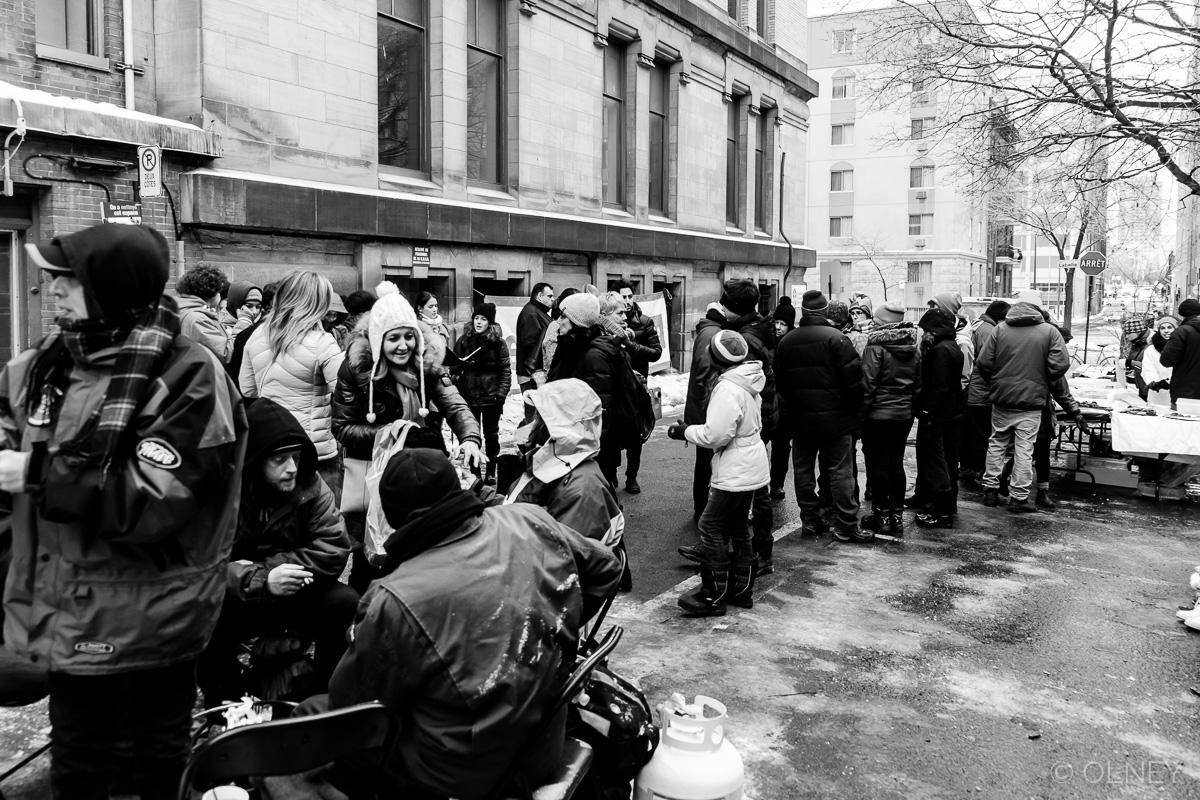 Soupe populaire à Montreal QC photographie de rue olney photographe sherbrooke