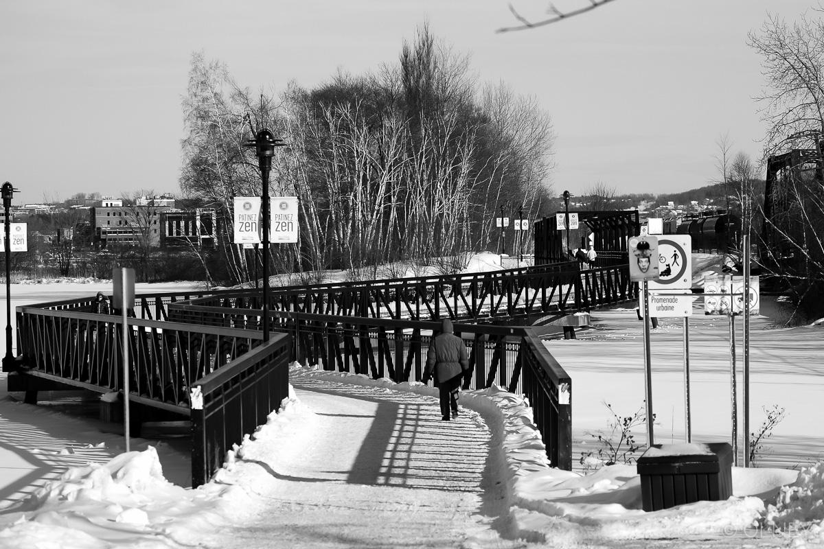 Footbridge in Sherbrooke QC in black and white olney photographe sherbrooke