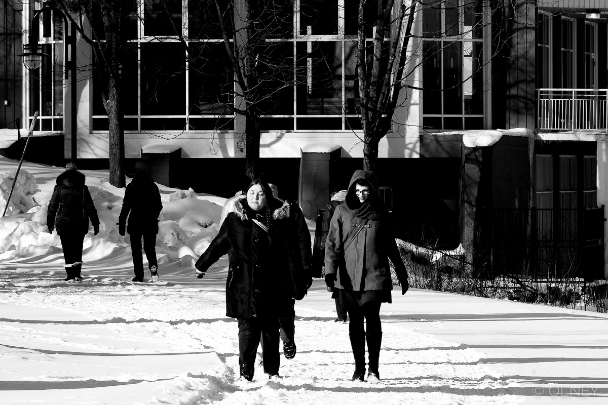 Two girls strolling in the park in winter olney photographe sherbrooke