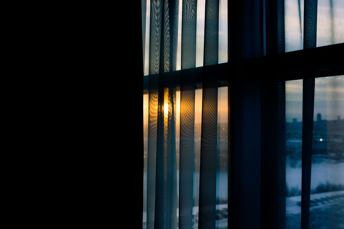 Sunrise through a hotel window olney photographe sherbrooke
