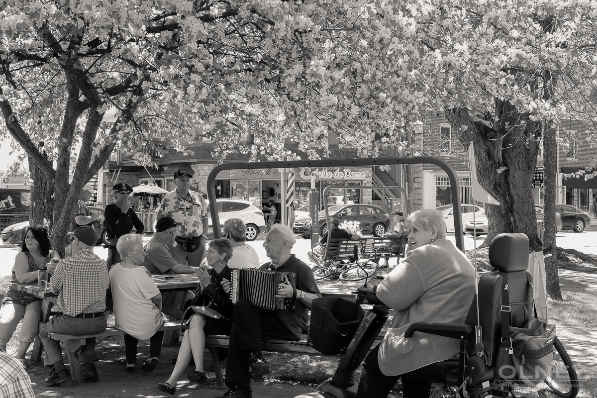 People listening to the music in Magog QC street photography olney photographe sherbrooke