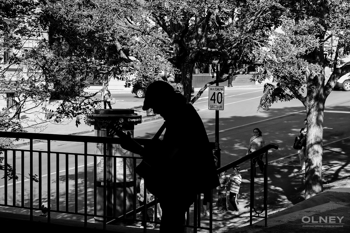 Silhouette de chansonnier montreal street photography olney photographe sherbrooke