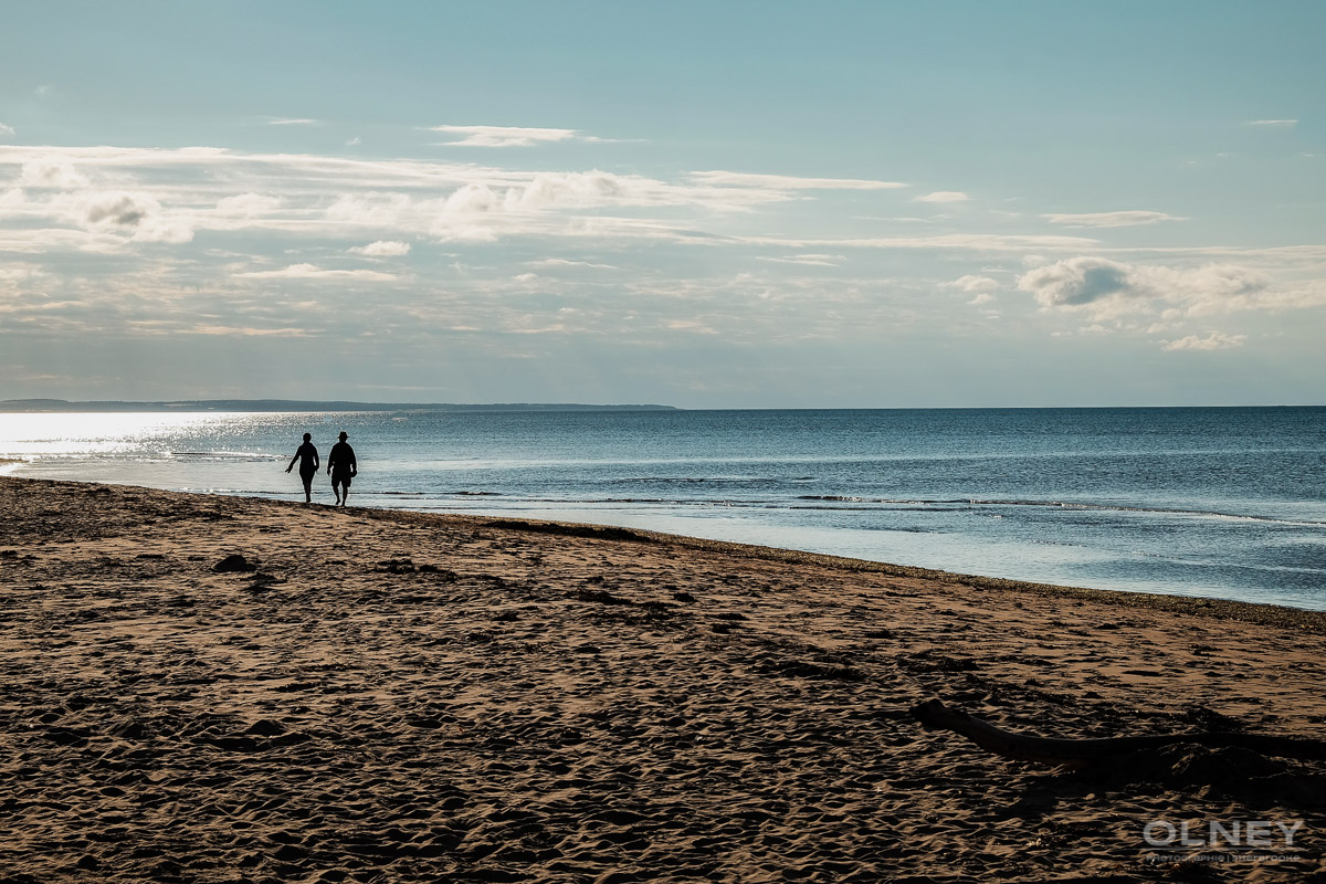 Couple by the Stanhope beach in PEI olney photographe sherbrooke