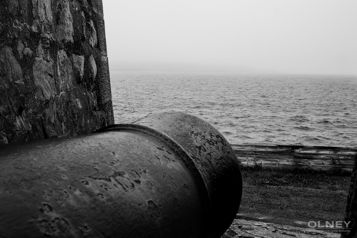 Cannon in Louisbourg Cap Breton black and white olney photographe sherbrooke